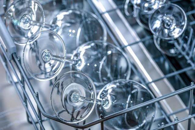 Skuteczne zmywanie, czyli jak stosować kapsułki do zmywarki?